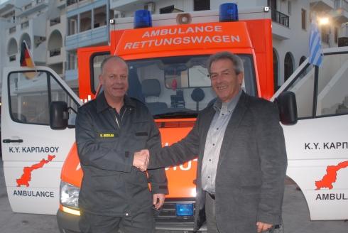 47384_1_org_Buergermeister_Michael_Haniotis_und_Brandinspektor_Ralf_Grzelka_bei_der_Fahrzeuguebergabe