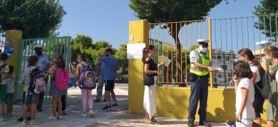 Ενημερωτικά φυλλάδια της τροχαίας σε γονείς και μαθητές δημοτικών σχολείων στην Πελοπόννησο